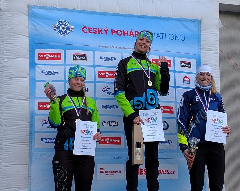 Stupně vítězů juniorek, první Simona Maříková, druhá Tereza Vinklárková (obě z Letohradu) a třetí domácí Anna Tkadlecová