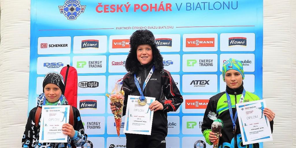 Lukáš Kulhánek z KB Krkonoše (žáci B1) se raduje z prvního zlata. Na stupních vítězů mu sekundují Jakub Boušek ze Sokola Stachy (vlevo) a letohradský Filip Mikyska