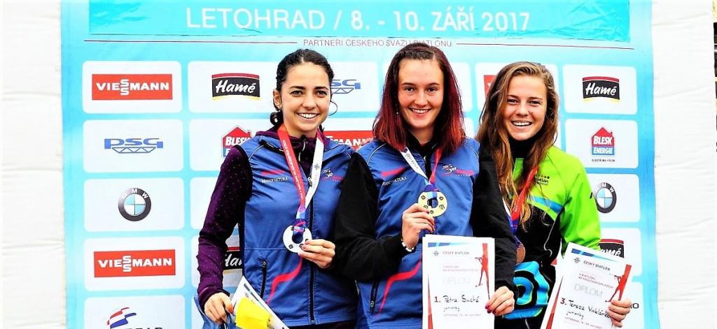 Úspěšné juniorky z MČR 2017 na kolečkových lyžích ve stíhacím závodě. Zleva: Eliška Svobodová, Petra Suchá a Tereza Vinklárková