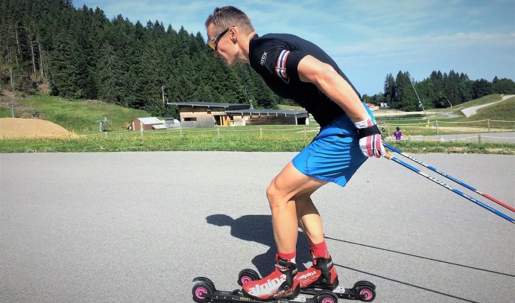 """Ondřej Moravec při """"práci"""" na kolečkových lyžích"""