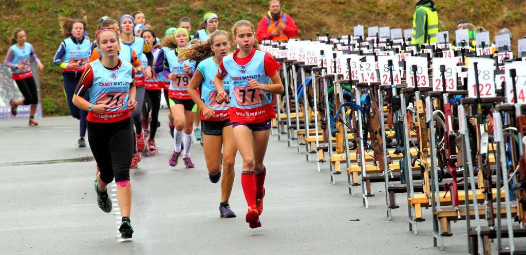 Se startovním číslem 7 běží Lenka Bártová ze Starého Města po Landštejnem. V Letohradu vybojovala mistrovský titul v každém ze tří závodů. Na snímku rozbíhá jako host vítěznou štafetu SKP Harrachov