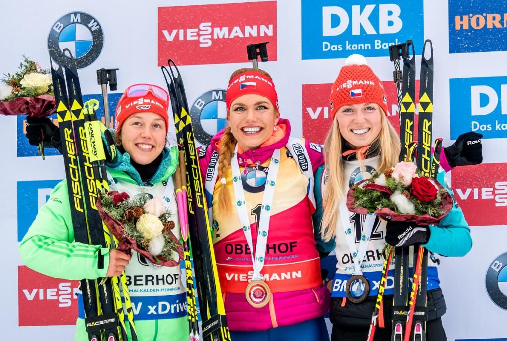 Eva Puskarčíková na stupních vítězů ve společnosti  první a druhé ženy průběžné klasifikace Světového poháru!