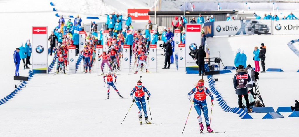 Start stíhacího závodu žen - Gabriela Koukalová a Veronika Vítková ukrajují první desítky metrů z 10 km dlouhého závodu