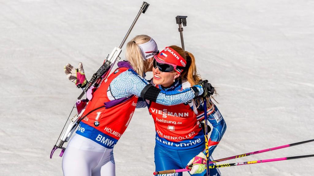 Gabriela Koukalová blahopřeje vítězné Mari Laukkanenové. Pro Finku měl triumf hořkou příchuť. V noci na dnešek zemřel střelecký trenér finské reprezentace Asko Nuutinen