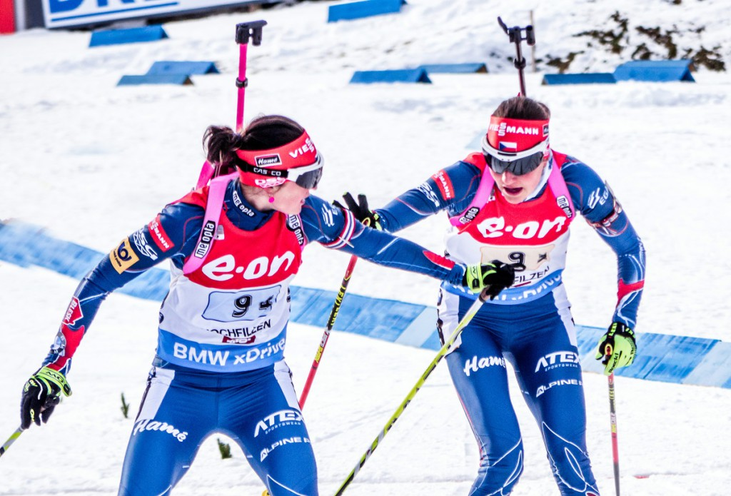 Předávka štafety finišmance Veronice Vítková. Následovalo první pódiové umístění - 3. příčka při SP v Hochfilzenu 2014/15