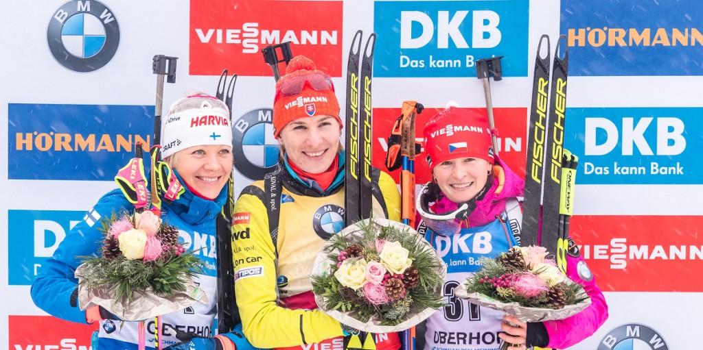 Veronika Vítková po 35 měsících zpět na pódiu v individuálním závodě. Vlevo Kaisa, uprostřed Anastázia