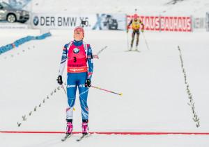 Únava, úleva vítězství. Gabriela Koukalová na cílové metě stíhacího závodu.