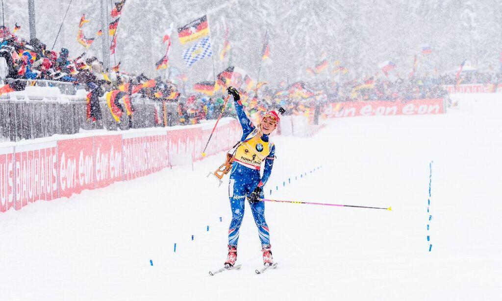 Gabriela Soukalová se raduje z premiérového vítězství ve Světovém poháru v sezóně 2015/16. Foto: Český biatlon, Petr Slavík