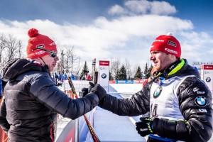 Zasloužená gratulace od trenéra mužské reprezentace Marka Lejska. Foto: Český biatlon, Petr Slavík