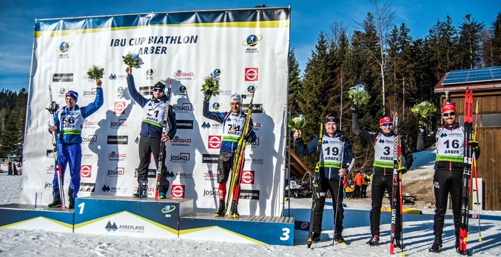Široké pódium po vytrvalostním závodě IBU Cupu v Arberu. Nejvýše Jaen Guillaume Beatrix, mimo jiné bronzový olympijský medailista ze stíhačky v Soči! Vpravo pak Lukáš Kristejn a Tomáš Krupčík.