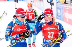 Veronika Vítková a Eva Puskarčíková v cíli stíhacího závodu. Foto: Český biatlon, Petr Slavík
